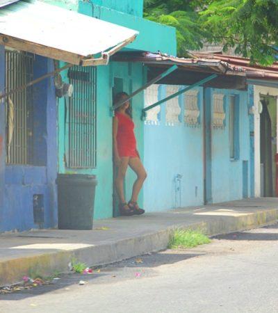 """""""NO NOS LLEVAN PERO NOS ROBAN NUESTRAS COSAS"""": Denuncian sexoservidoras de 'El Crucero' a policías de Cancún que les exigen cuota o si no las agreden y les quitan lo que tengan"""