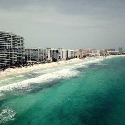 DA TREGUA EL SARGAZO A CANCÚN… POR AHORA: Continúan trabajos de limpieza de playas ante el recale masivo de algas