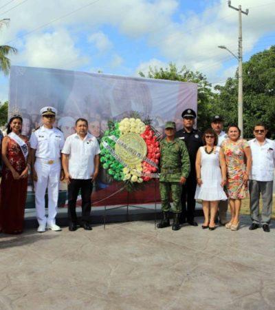 En el inicio de las fiestas patrias, autoridades de Puerto Morelos izan bandera y colocan ofrenda floral