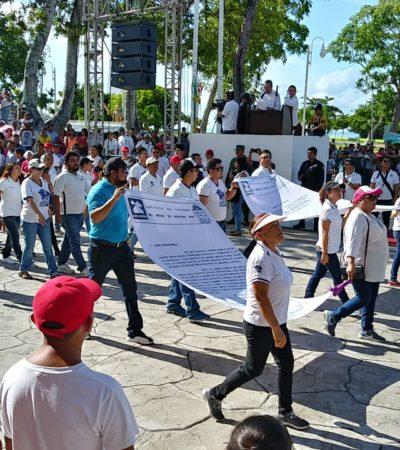 Marchan maestros del CBTIS 214 en el desfile y exigen se les regrese predio donde se construye albergue estudiantil