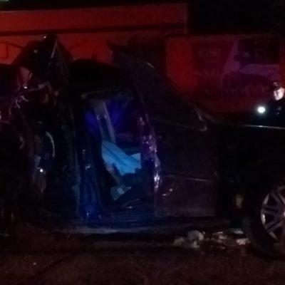 Arrolla autobús un auto que salió de un motel y quiso ganarle el paso; era de madrugada y el conductor no prendió sus luces, murió