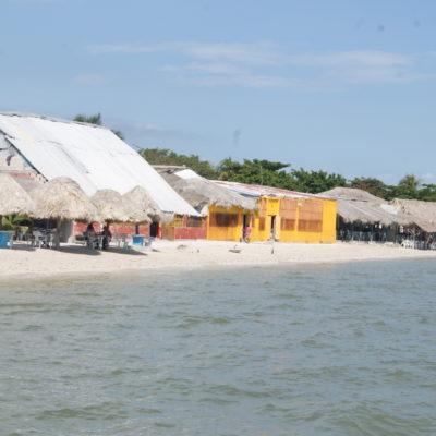 Se 'come' el mar la playa en el tradicional balneario de La Manigua en el Carmen, Campeche