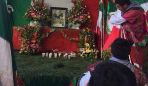 Adoran tsotsiles a Miguel Hidalgo como si fuera un santo católico en Zinacantán, Chiapas
