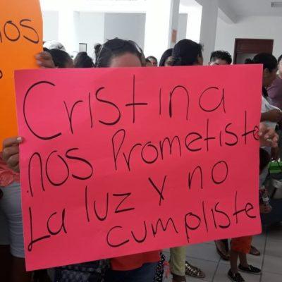 Vecinos de Cristo Rey protestan por falta de luz; edil responde que es porque están 'colgados'