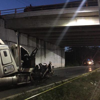 TREMENDO ACCIDENTE EN LA CANCÚN-PLAYA: Se cae tráiler del puente que comunica a la autopista a Mérida provocando gran atasco vial