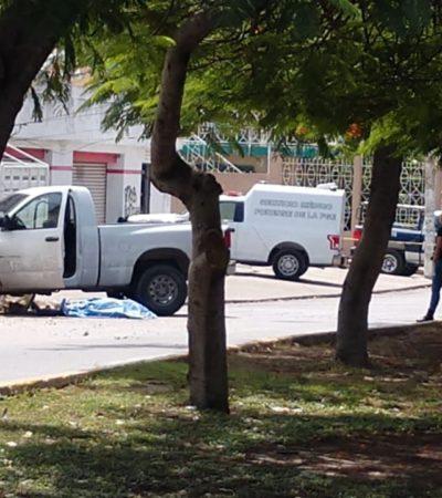 Muere conductor al chocar contra poste de CFE; versión de que era perseguido por policías