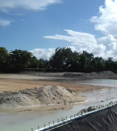 Otra vez escurre agua negra en playa Langosta en Cancún