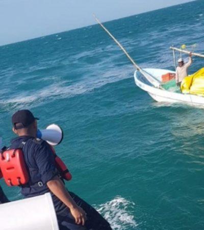 Rescatan Marinos a un tripulante de embarcación a la deriva a 20 kilómetros de la costa de Campeche