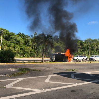 APARATOSO ACCIDENTE FRENTE AL MOON PALACE: Estrella su coche y se incendia, pero acaba con heridas leves