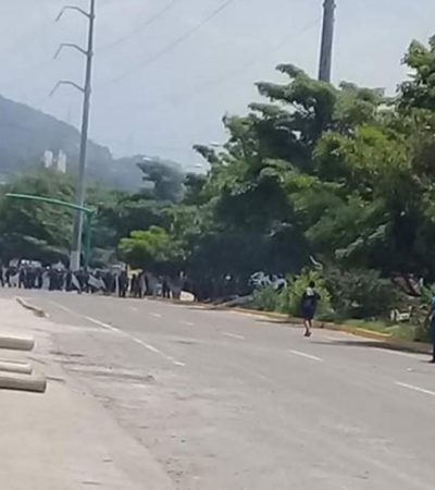 Se enfrentan estudiantes normalistas y policías en Chiapas; agentes usan gases lacrimógenos
