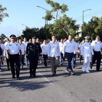DESFILE EN CANCÚN: Encabeza Alcalde marcha de más de 5 mil personas en 30 contingentes