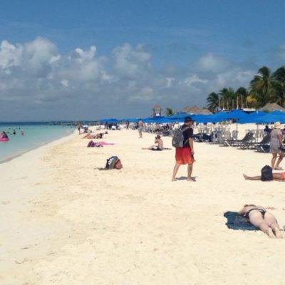 Bañistas y prestadores de servicios turísticos disfrutan de playas libres de sargazo en Isla Mujeres