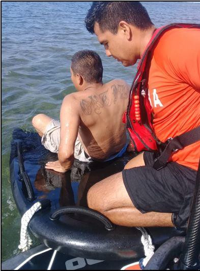 Elementos de la Marina rescatan a hombre que nadaba fuera del área de seguridad en Mahahual