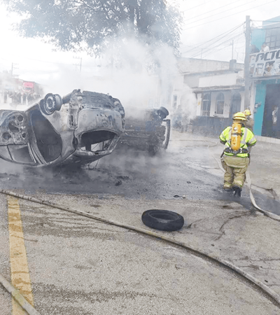 Concesionarios vuelcan y prenden fuego a taxis 'piratas'; la autoridad ha sido omisa e incapaz, acusan