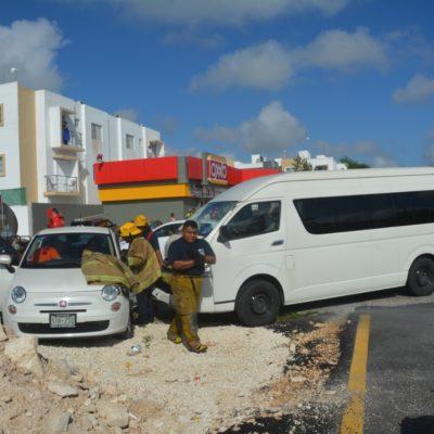 Embiste van a automóvil en residencial Selvanova en Playa del Carmen