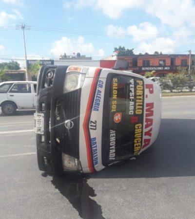 Volcadura de van en el semáforo de la López Portillo con Chac Mool deja cuatro lesionados