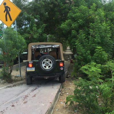 Conductor de Jeep con placas de Pensylvania invade ciclopista y casi mata a dos vendedores ambulantes por Xcaret; abandona unidad y huye