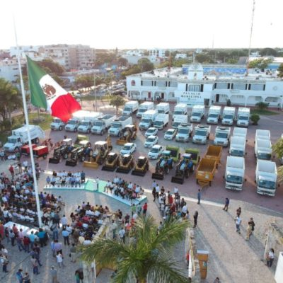 Entrega Alcaldesa 43 unidades de parque vehicular nuevas con 11 accesorios que serán destinados al retiro del sargazo en las playas y la recoja de basura en Playa del Carmen