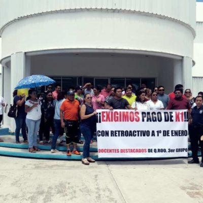 Protestan maestros en Cancún para exigir pago del incremento salarial del 35% que les deben desde enero