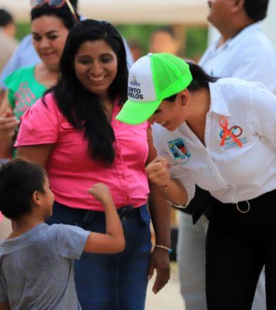 Laura Fernández entrega cancha y zapatos deportivos a estudiantes de la comunidad Delirios, como parte del programa 'Siguiendo tus pasos'
