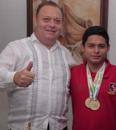 José Esquivel reconoce a Hiland Soberano, destacado taekwondoin de FCP