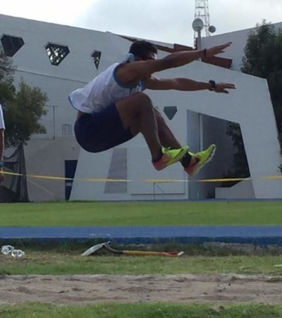 Felicita Pedro Joaquín a atleta paralímpico cozumeleño por sus triunfos en el Campeonato Nacional Multideportivo de Débiles Visuales