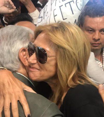 VIDEO | Critican a Adela Micha por efusiva y cariñosa bienvenida a López Obrador en Durango