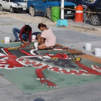 Elaboran tapete con aserrín para celebrar el Hanal Pixán en Puerto Morelos