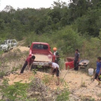 Bachean estudiantes de telebachillerato camino rural con recursos propios esperando llamar la atención de las autoridades