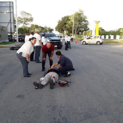 Taxista manda a motociclista al hospital en Chetumal