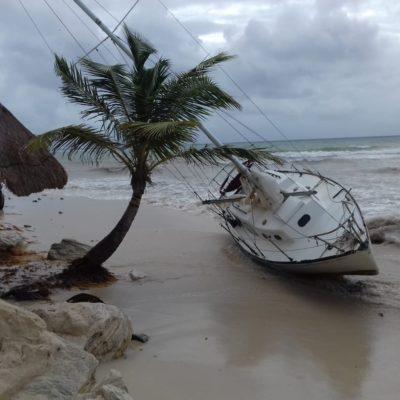 ENCALLA LANCHA EN PLAYA DEL CARMEN: Fuerte oleaje provocado por la tormenta tropical 'Michael' empieza a dejar primeras afectaciones en costas de QR