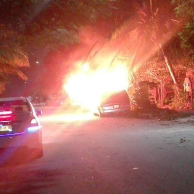 Corto circuito incendia auto en Playa