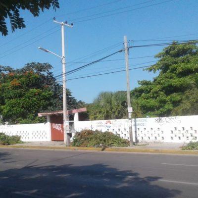 Limpian y pintan panteones de Cancún para Día de Muertos