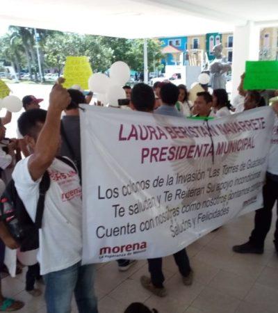 Se manifiestan habitantes de Las Torres en el Palacio Municipal de Solidaridad para denunciar a lideresa que los extorsiona