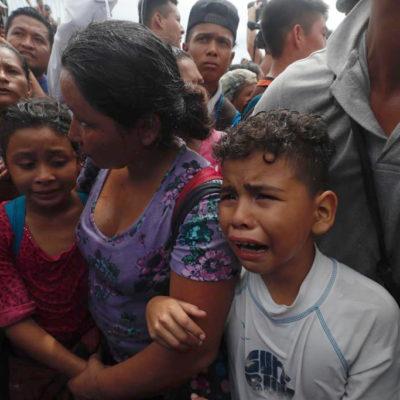 FOTOS | Lloran niños y mujeres migrantes; Policía Federal frena la entrada de la caravana a Chiapas