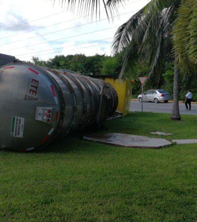 Vuelca tráiler con turbosina por la glorieta de Fonatur en la Zona Hotelera de Cancún
