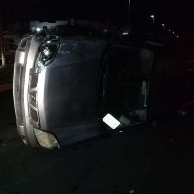Vuelca camioneta tras estrellarse contra taxi en Playa