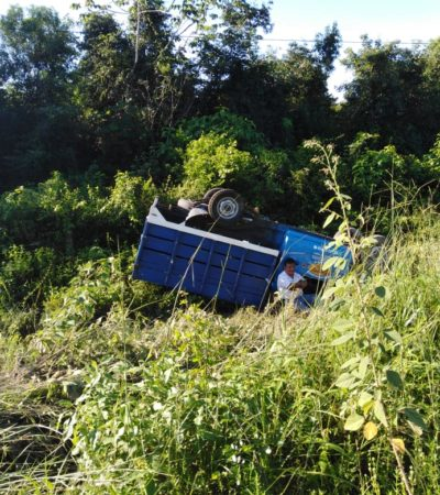 Sufre conductor aparatosa volcadura en la vía Chetumal-FCP; sale ileso