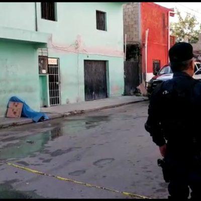 Con huellas de violencia, hallan cadáver de presunto indigente en plena vía pública de la Región 90 de Cancún
