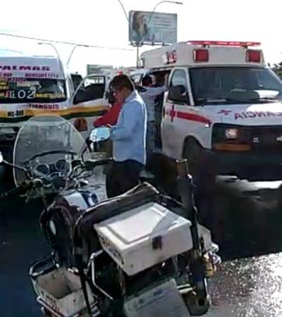 Combi de transporte de Maya Caribe provoca carambola en la López Portillo de Cancún; 3 heridos