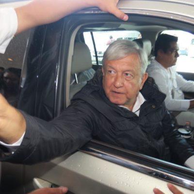 Reciben a AMLO con aplausos en el aeropuerto de Cancún