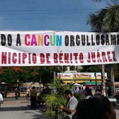 """""""BIENVENIDOS A CANCÚN, MUNICIPIO DE BENITO JUÁREZ"""": Activistas colocan manta en el parque Las Palapas en el que enfatizan su rechazo al cambio de nombre del municipio"""