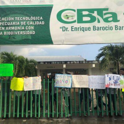 Toman estudiantes del CBTA 11 de Chetumal instalaciones del plantel para pedir la destitución del director