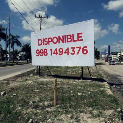 Aprovechando las 'distracciones' del cambio de gobierno, empiezan a 'brotar' anuncios publicitarios en espacios públicos de Cancún