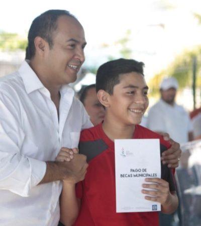 Ayuntamiento de Isla Mujeres entrega becas a más de 400 estudiantes