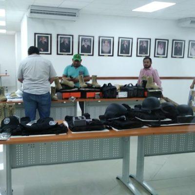 En privado, Gustavo Salas, fiscal interino de QR, entrega equipo táctico y armamento a su personal