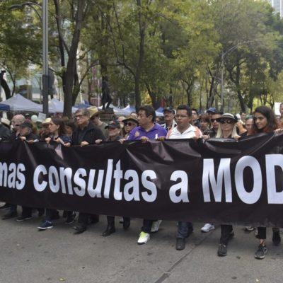CONSIGNAS 'FIFÍS' EN MARCHA A FAVOR DE TEXCOCO: 'Es un error estar con Obrador' y 'fuera Obrador, haznos el favor' para repudiar 'consultas a modo'