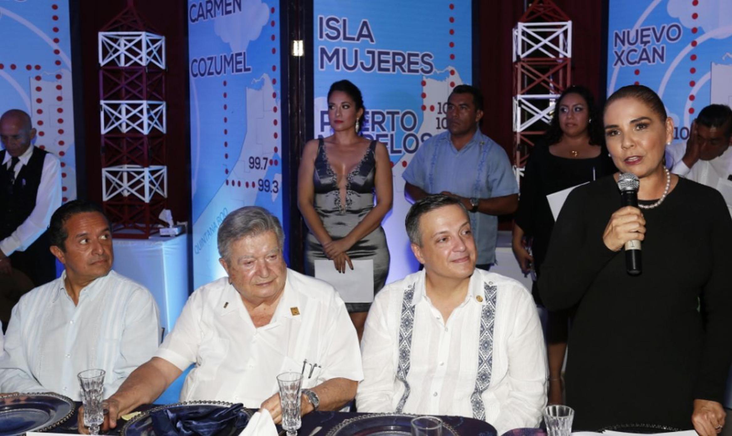 Se reúnen políticos en torno a Gastón Alegre en aniversario de Radio Turquesa