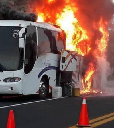 Se incendia camión que transportaba a alumnos de la UNAM rumbo a Veracruz; todos a salvo
