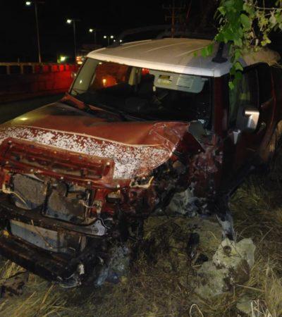Camioneta choca contra cartel en Puerto Aventuras